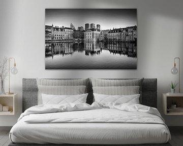 Skyline von Den Haag mit Spiegelung im Wasser in Schwarz-Weiß von iPics Photography