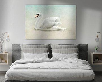 Weißer Schwan in wunderschönem Weiß, Beige und blauen Pastellfarben von Diana van Tankeren