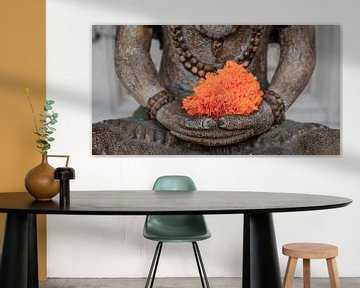 Buddha mit orangefarbener Blume von Jeroen Langeveld, MrLangeveldPhoto