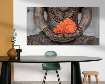 Boeddha met oranje bloem van Jeroen Langeveld, MrLangeveldPhoto