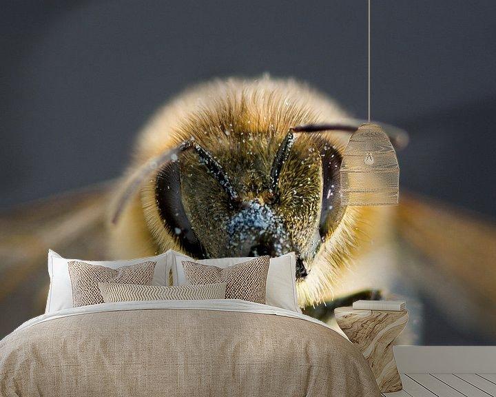 Sfeerimpressie behang: Honingbij van Marlies Wolfert
