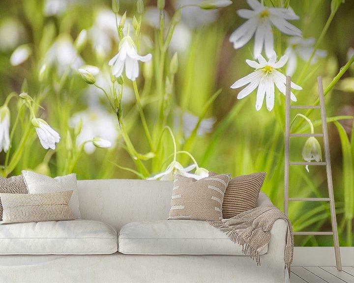 Sfeerimpressie behang: Witte bloemetjes in een groen veld van Barbara Koppe