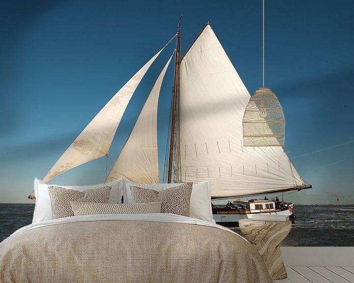 Sfeerimpressie behang: Zeilboot in de wind van Barbara Koppe