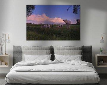 Buienluchten met koeien op de voorgrond van Leon Eikenaar