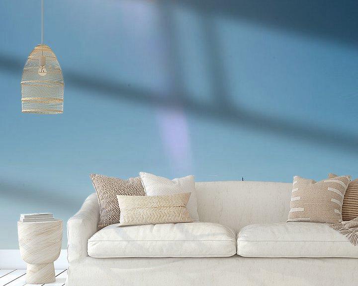 Sfeerimpressie behang: Zeilboot aan de horizon van Barbara Koppe