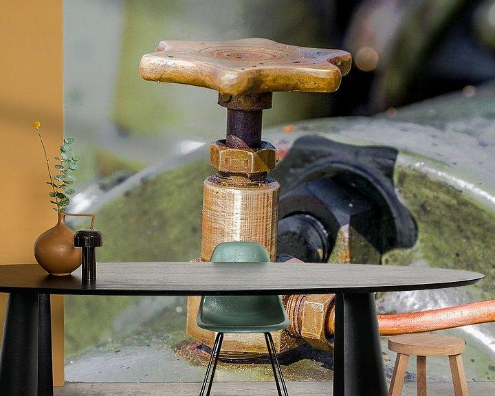 Sfeerimpressie behang: Geel koperen kraantje van Peters Foto Nieuws l Beelderiseren