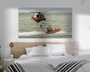 """KNRM Reddingboot """"Uly"""" en Belgische Sea King helicopter van Roel Ovinge"""