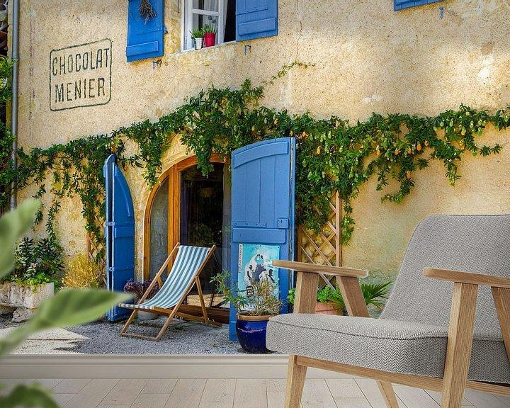 Sfeerimpressie behang: Sfeervol Frans tafereeltje,  gevel bekleed met azuur blauwe luiken van Peters Foto Nieuws l Beelderiseren