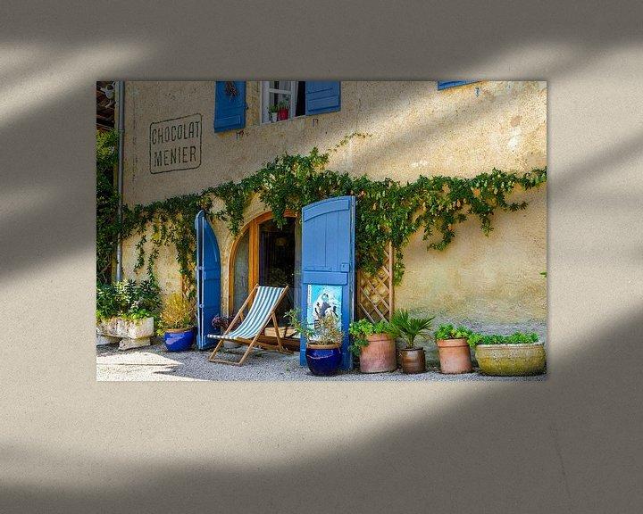 Sfeerimpressie: Sfeervol Frans tafereeltje,  gevel bekleed met azuur blauwe luiken van Peters Foto Nieuws l Beelderiseren