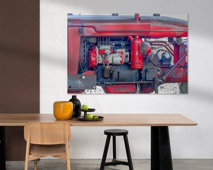 Sfeerimpressie: Motorblok van een oude rode tractor van Peters Foto Nieuws l Beelderiseren