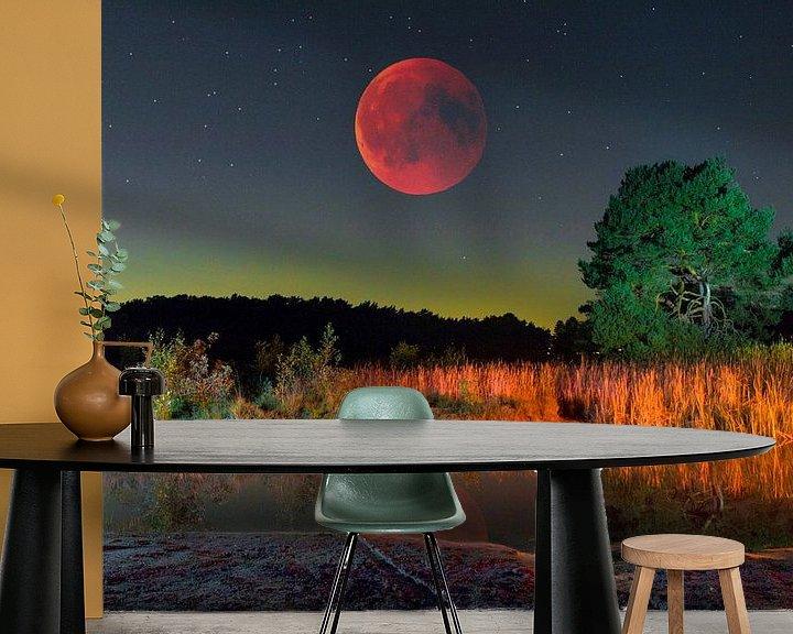 Sfeerimpressie behang: Rode maan over heide landschap van Jack van der Spoel