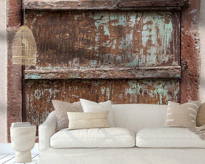 Sfeerimpressie behang: apart luik in Riquewihr van Hanneke Luit