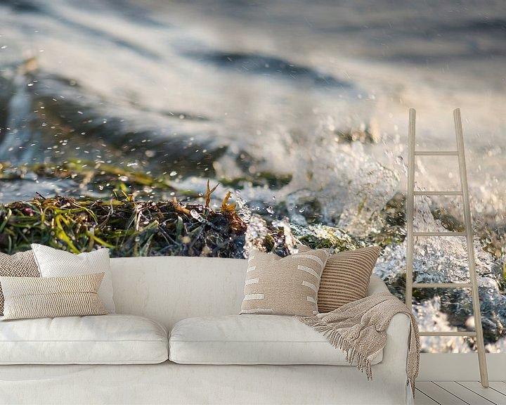 Sfeerimpressie behang: golf spat op tegen de kust, waar zeewier ligt van Hanneke Luit