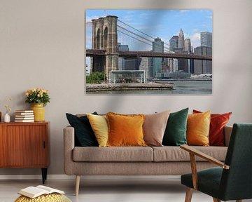 Draaimolen onder de Brooklyn Bridge met de skyline van New York van R.Phillipson