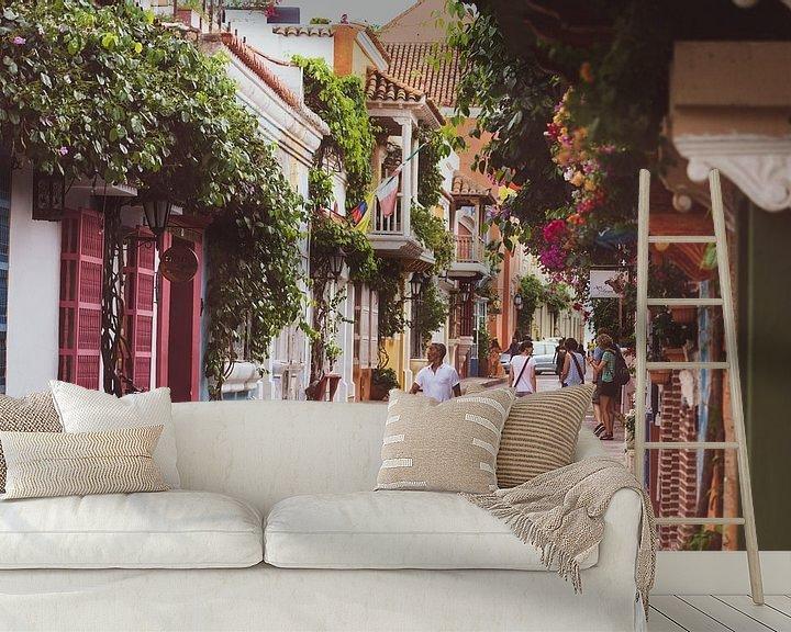 Sfeerimpressie behang: Kleurrijke straat in Cartagena van Ronne Vinkx