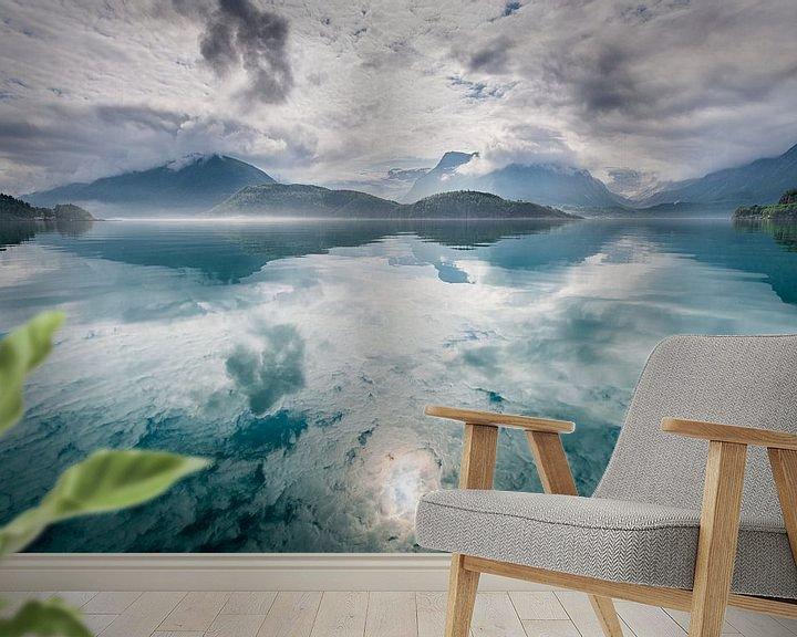 Sfeerimpressie behang: Reflectie van bergen en wolken van Ellis Peeters