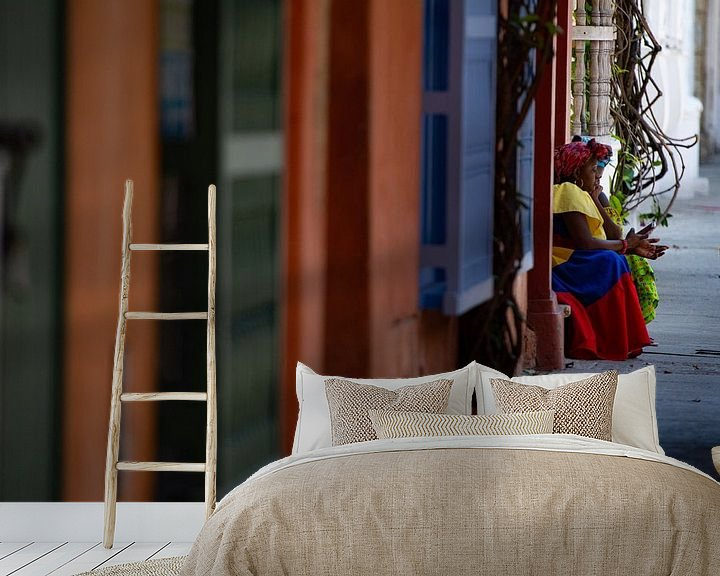 Sfeerimpressie behang: Vrouw in Cartagena van Ronne Vinkx