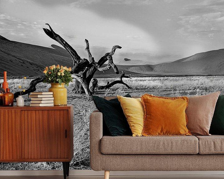 Sfeerimpressie behang: dood hout in de Namib woestijn (Sosusvlei) Namibië van Jan van Reij