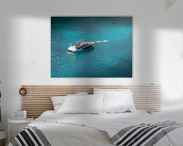 Speedboot op helderblauw water in Mallorca van Matthijs Noordeloos