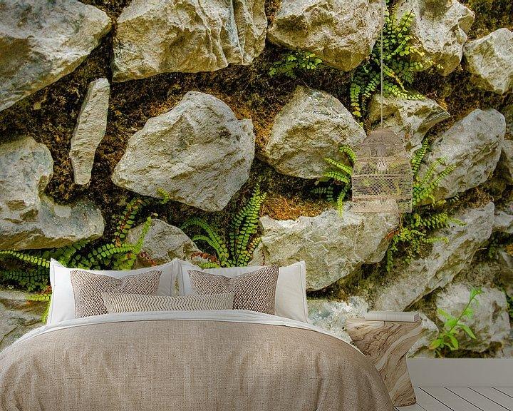 Sfeerimpressie behang: Stapel muur met mos en  mini varens van Peters Foto Nieuws l Beelderiseren