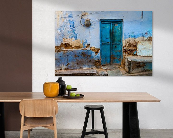 Sfeerimpressie: Blauwe deur in India van Jan Schuler