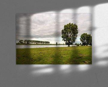 Schilderachtig rivierlandschap tegen de avond van Ruud Morijn