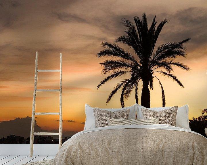 Sfeerimpressie behang: Palmboom tijdens een zonsondergang van joost prins
