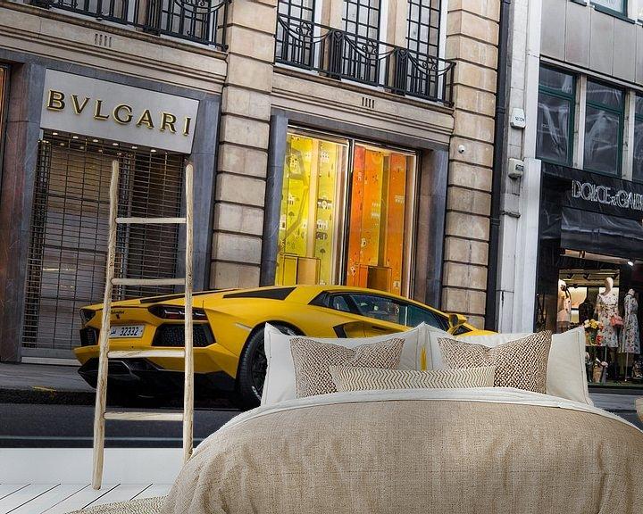 Sfeerimpressie behang: Knalgele Lamborghini aan Sloane Street van joost prins