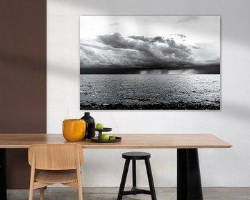 Onweer en regen boven het IJsselmeer.