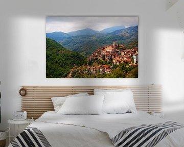 Italiaans bergdorp tussen de bergen .