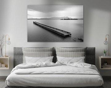Steg am Chiemsee schwarz-weiß von Michael Valjak