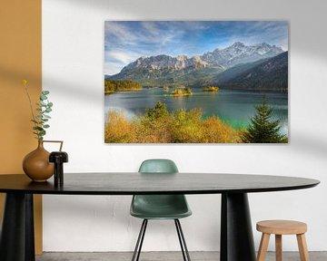 Herfst aan de Eibsee met uitzicht op de Zugspitze van Michael Valjak