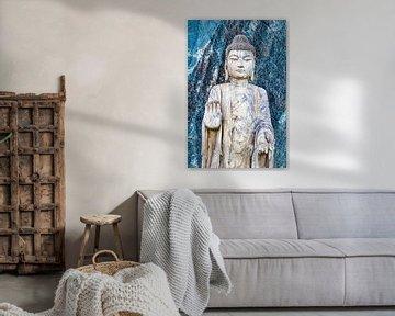 Boeddhabeeld voor een blauwe granieten muur