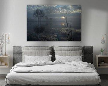 Reflectie van bomen en wolken in rivier in de winter. van Bart van Dam