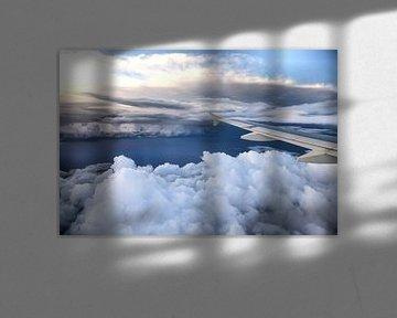 Vliegtuig vleugel boven de wolken van Inge van den Brande