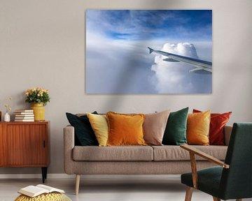 Vliegtuig vleugel in de wolken van Inge van den Brande