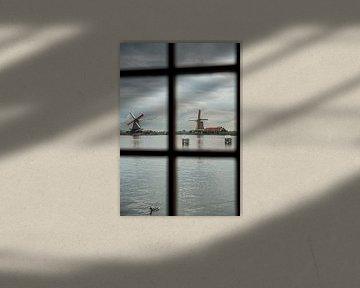 zicht door een raam van een molen op zaanse schans