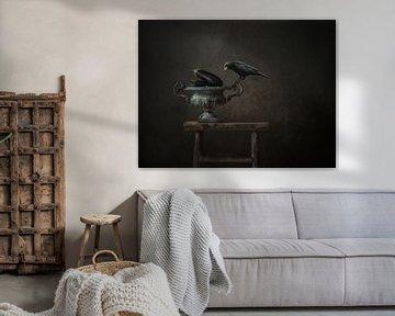 Krähe auf gusseisernem Topf von Marijke de Haze