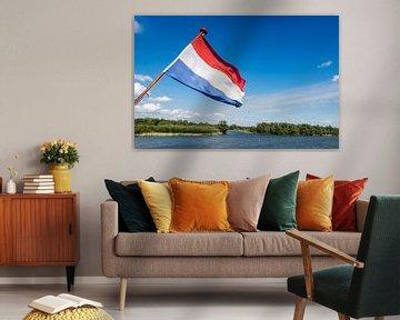 Nederlandse vlag wapperend op de achtersteven van een boot van Ruud Morijn