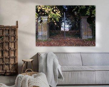 Villa achter hek von Fatima Maria Mernisi