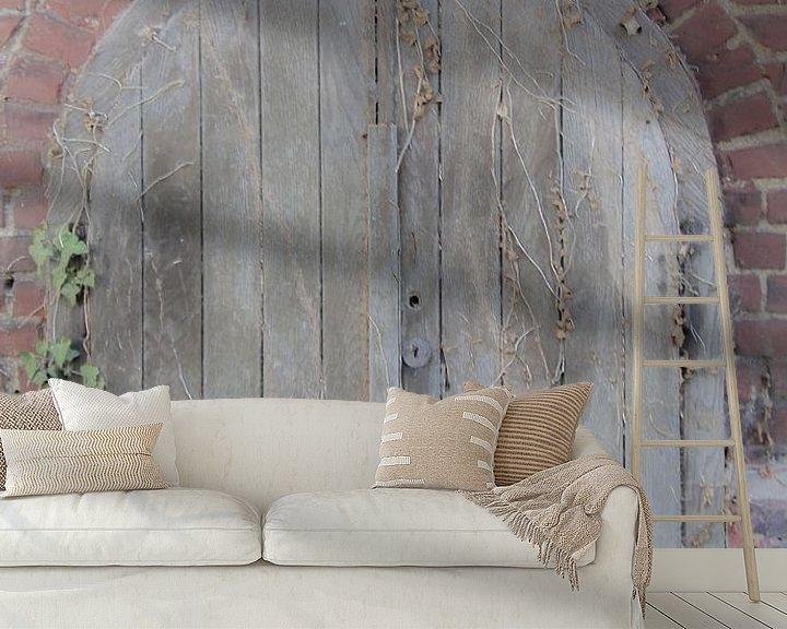 Sfeerimpressie behang: Kelderdeur van Fatima Maria Mernisi