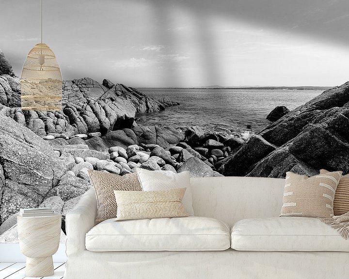 Sfeerimpressie behang: Rotsen in de grote Oceaan - Zwart / Wit  (B) van Remco Bosshard