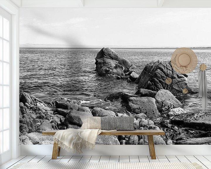 Sfeerimpressie behang: Rotsen in de grote Oceaan - Zwart / Wit  (C) van Remco Bosshard
