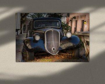 Grill en koplampen van klassieke auto na zonsondergang