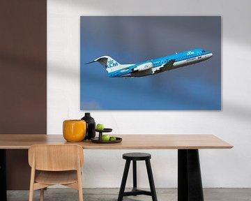 Eine Fokker 70 von KLM Cityhopper startet von Schiphol von Arjan Dijksterhuis