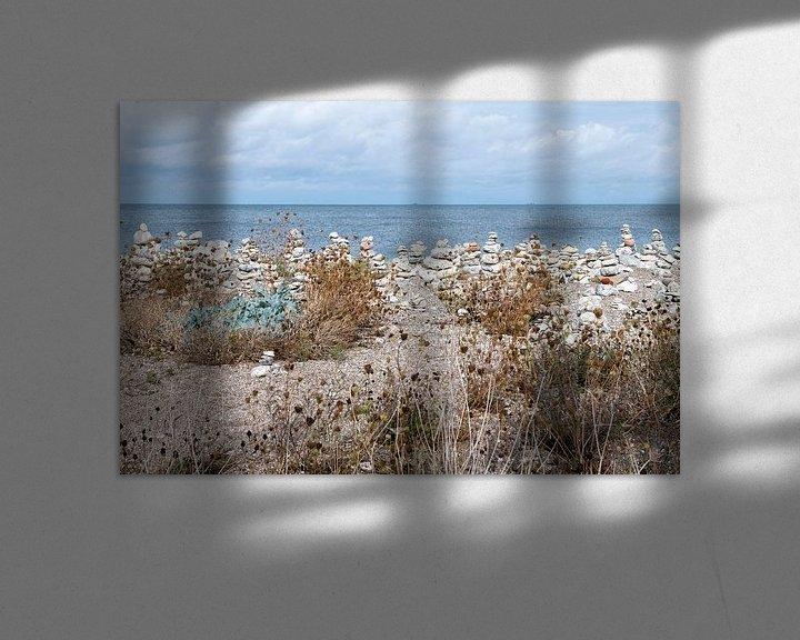 Sfeerimpressie: steenmannetjes aan de kust van Denemarken van Hanneke Luit
