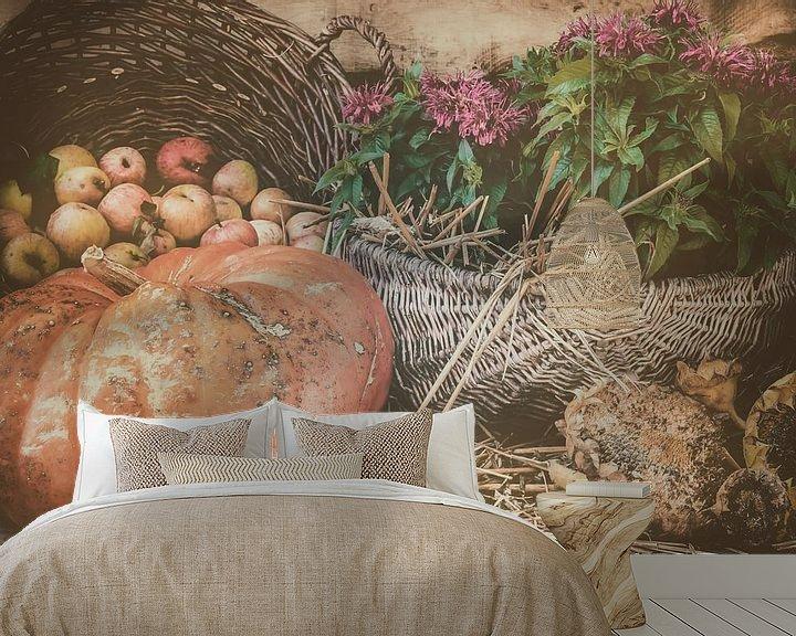 Sfeerimpressie behang: Stilleven met pompoen, appels en zonnebloemen van Martin Bergsma