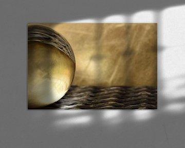 Glazen bol goud liggend van Sascha van Dam