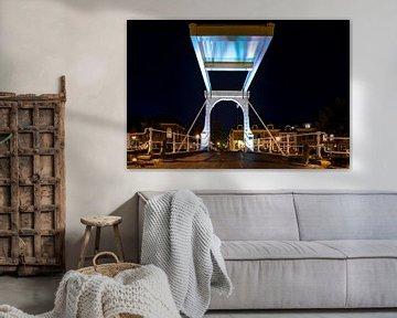 Authentische holländische weiße Zugbrücke über dem Stadtkanal von Fotografiecor .nl