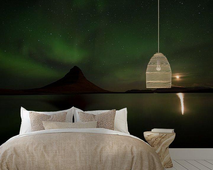 Sfeerimpressie behang: Kirkjufell, IJsland van Freddy Van den Buijs